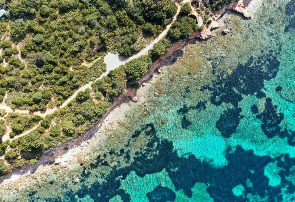 Blick auf einen Küstenabschnitt von Olbia aus der Vogelperspektive, Sardinien, Italien