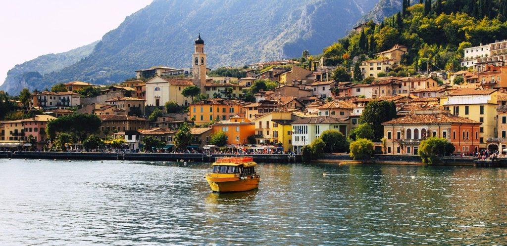 Blick auf die Stadt Limone am Gardasee, Italien
