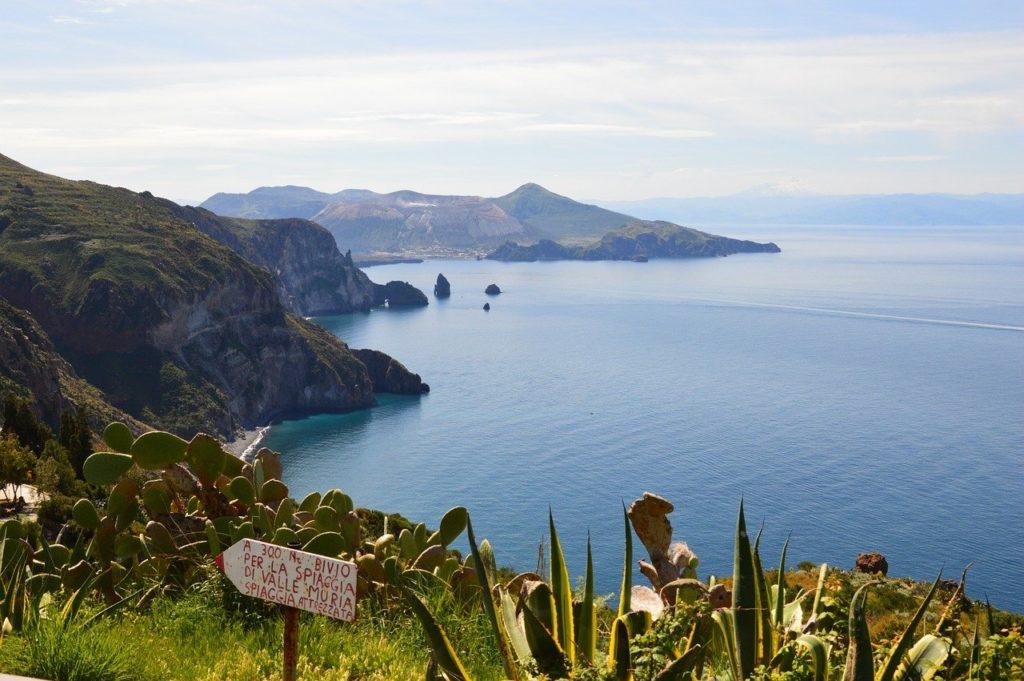 Blick on der Insel Lipari auf das Meer und andere Insel, Sizilien, Italien