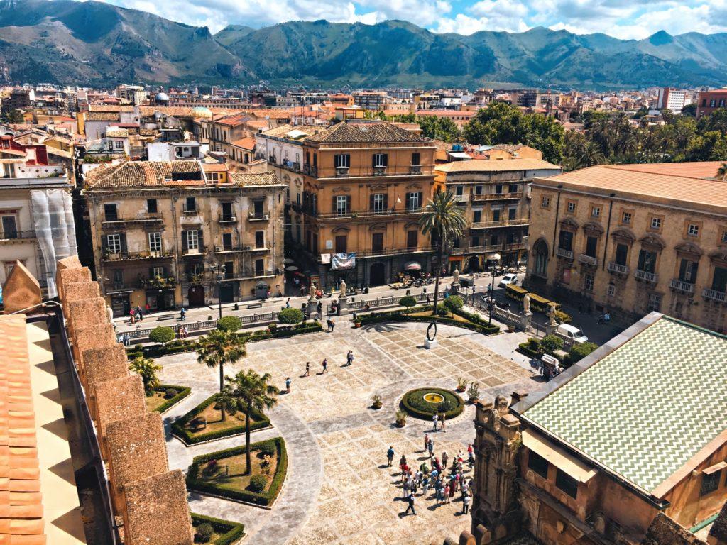 Blick auf den Hauptplatz von Palermo mit Bergen im Hintergrund, Sizilien, Italien