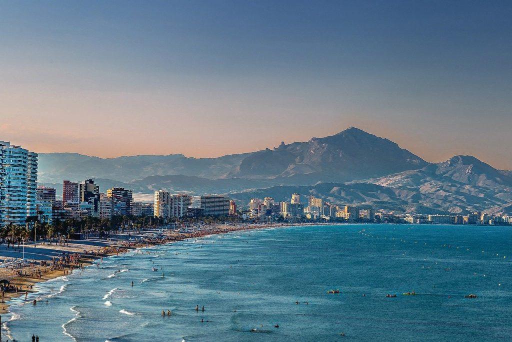 Blick auf den Strand und das Meer von Alicante