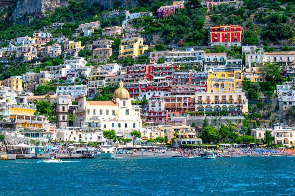 Blick auf die Stadt Positano mit vielen bunter Häusern, Italien