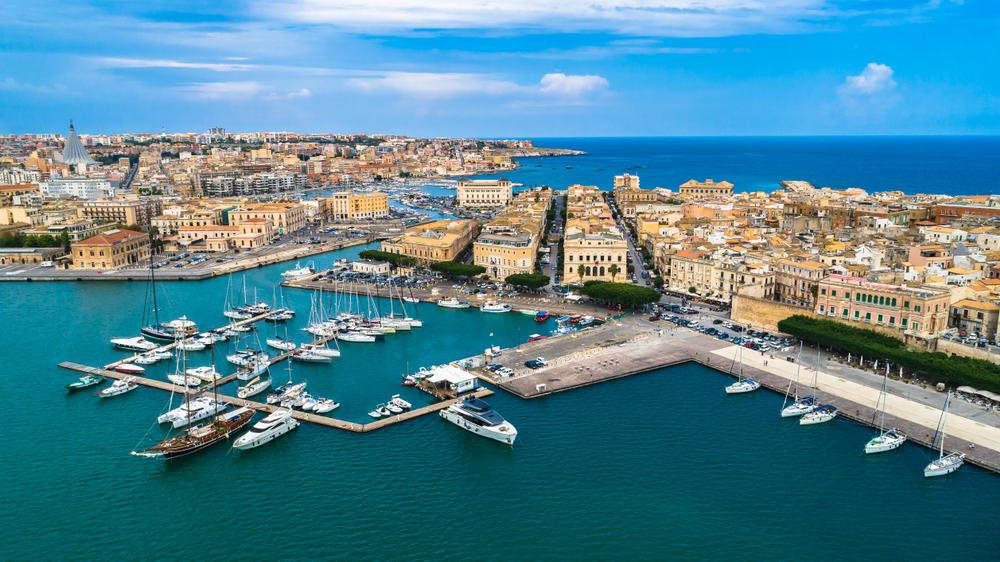 Luftaufnahmen. Ortigia eine kleine Insel, die das historische Zentrum der Stadt Syrakus, Sizilien ist. Italien.