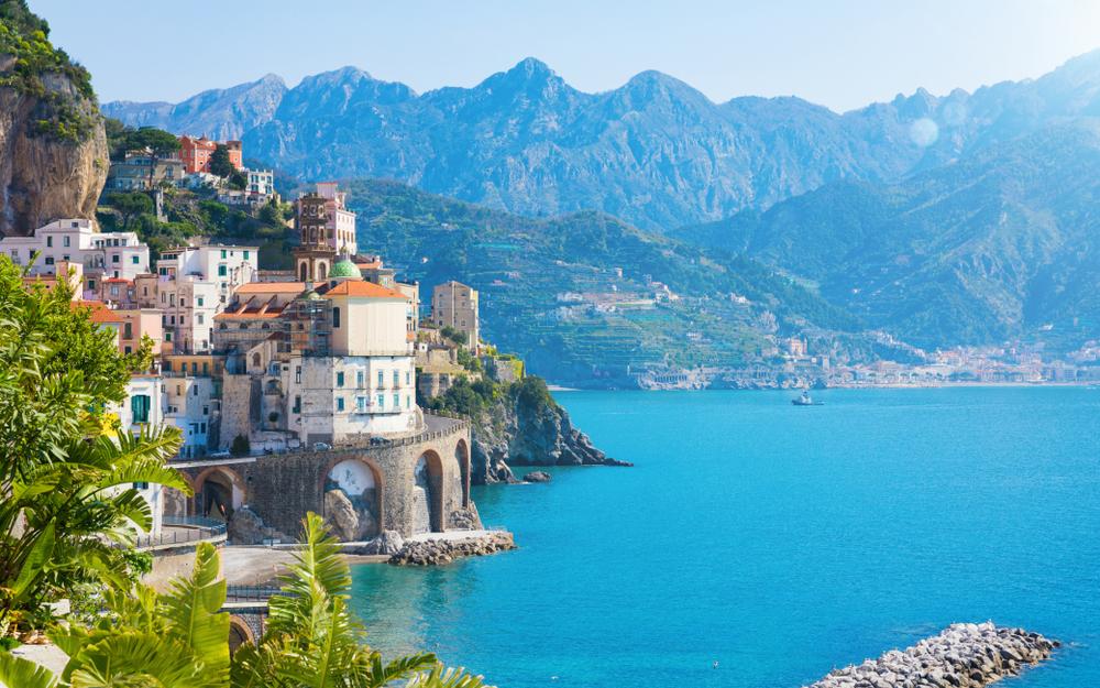 Tageslicht Blick auf die kleine Stadt Atrani an der Amalfiküste in der Provinz Salerno, in Kampanien Region von Italien.
