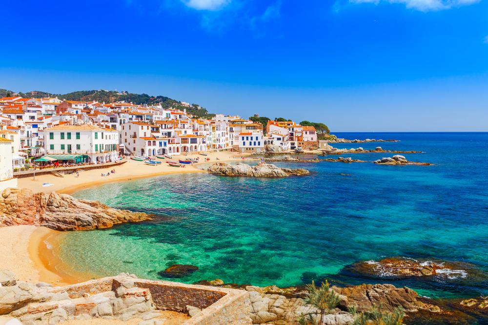 Meereslandschaft mit Calella de Palafrugell, Katalonien, Spanien in der Nähe von Barcelona. Ein fantastisches Fischerdorf mit schönem Sandstrand und klarem blauem Wasser in einer schönen Bucht an der Costa Brava