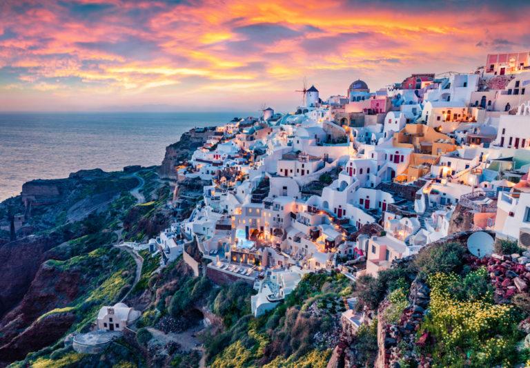 Erstaunlicher Abend-Blick auf die Insel Santorini. Herrlicher Sommersonnenuntergang auf dem berühmten griechischen Ferienort Oia, Griechenland, Europa. Fantastische Seeküste des Mittelmeers.