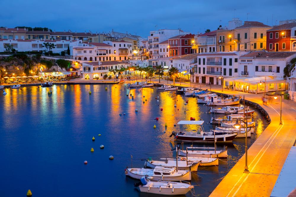 Cales Fonts Port Sonnenuntergang mit Booten im am Hafen in Mahon auf den Balearen, Menorca