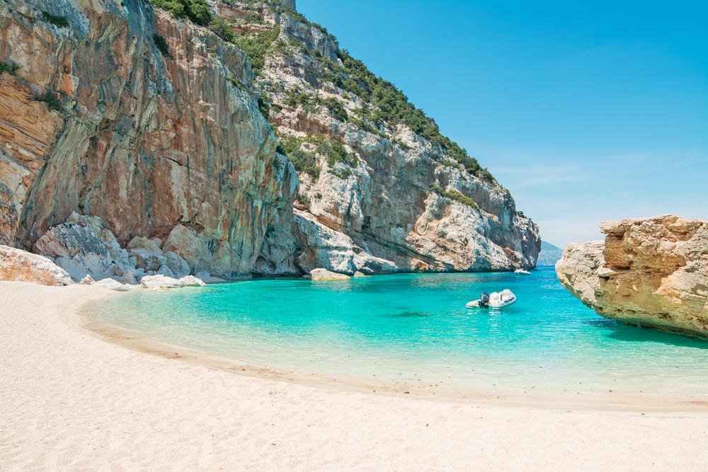 Blick vom Cala Goloritzé auf das türkisfarbene Wasser, Sardinien, Italien