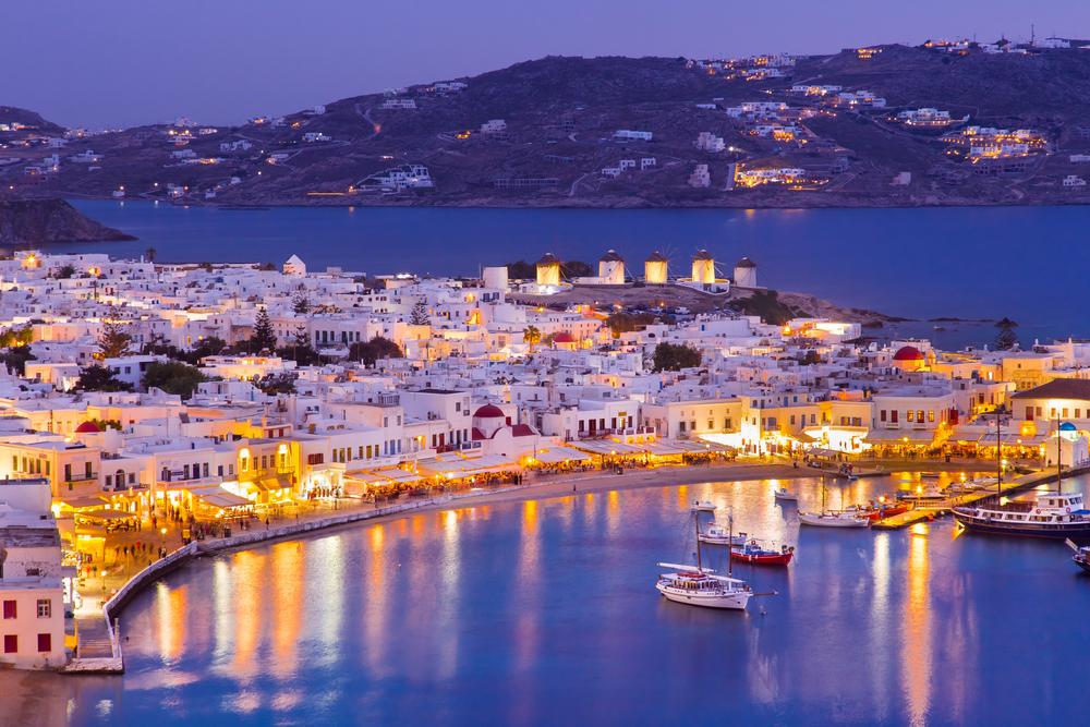 Mykonos-Hafen mit abendlichen Booten, Kykladen-Inseln, Griechenland