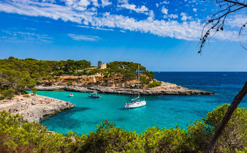 Boote in einer schönen Bucht, Mallorca Insel, Spanien