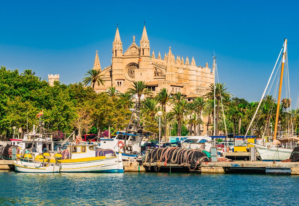 Spanien, Hafen von Palma de Mallorca mit Blick auf die berühmte Kathedrale Kirche La Seu, Mallorca Balearen, Mittelmeer