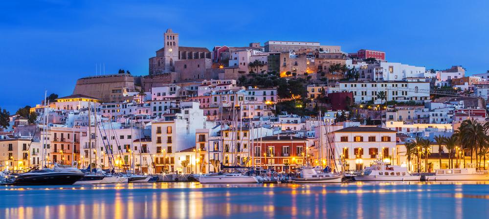 Ibiza Dalt Vila Innenstadt nachts mit Lichtreflektionen im Wasser, Ibiza, Spanien.