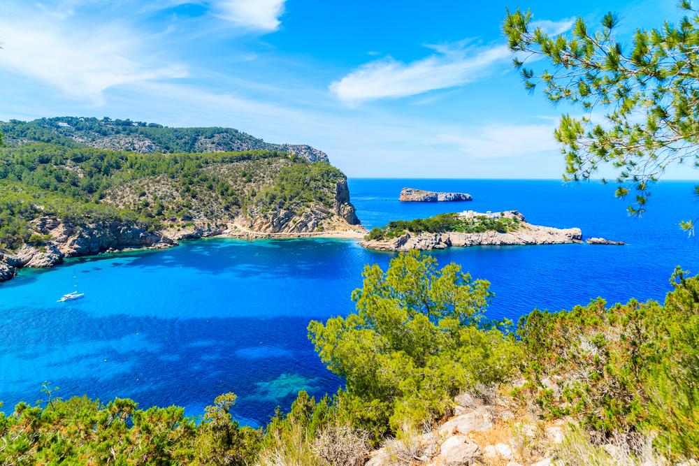 Beeindruckender Blick auf die Nordküste Ibiza zwischen der Bucht von Cala Xarraca und der Bucht von Cala Benirras, Spanien