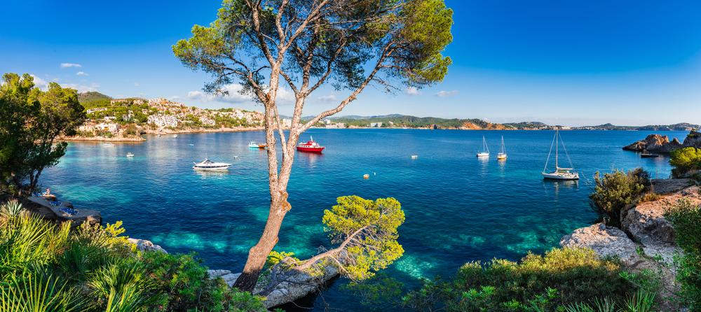 Idyllische Insellandschaft, Panoramablick auf die Bucht mit Booten in Cala Fornells auf Mallorca, Spanien Mittelmeer, Balearen.