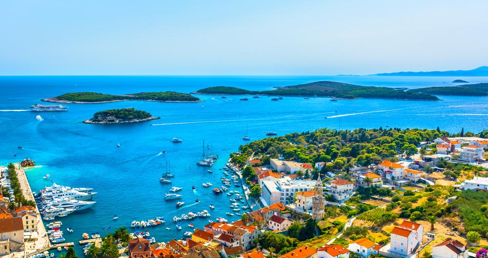Panoramablick aus der Luft auf die Paklinski Inseln vor der Stadt Hvar, Kroatien, berühmte europäische Reiseziele.